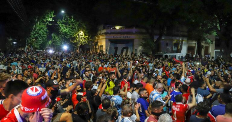 Mii de fani au luat cu asalt Palatul Prezidențial din Buenos Aires. Care este dorința lor