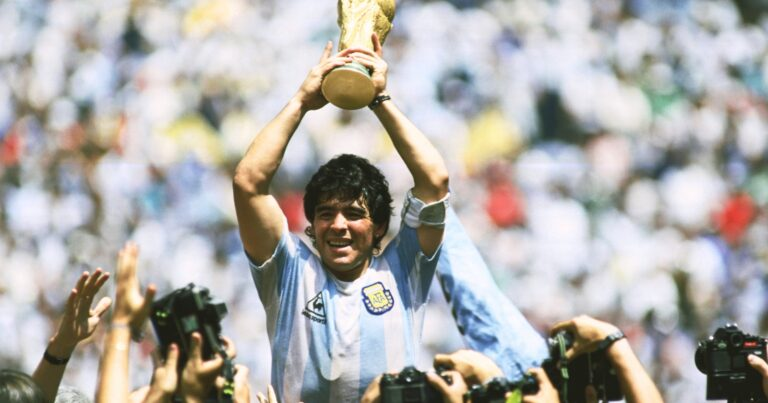 Omagiu adus de Napoli în memoria lui Diego Maradona